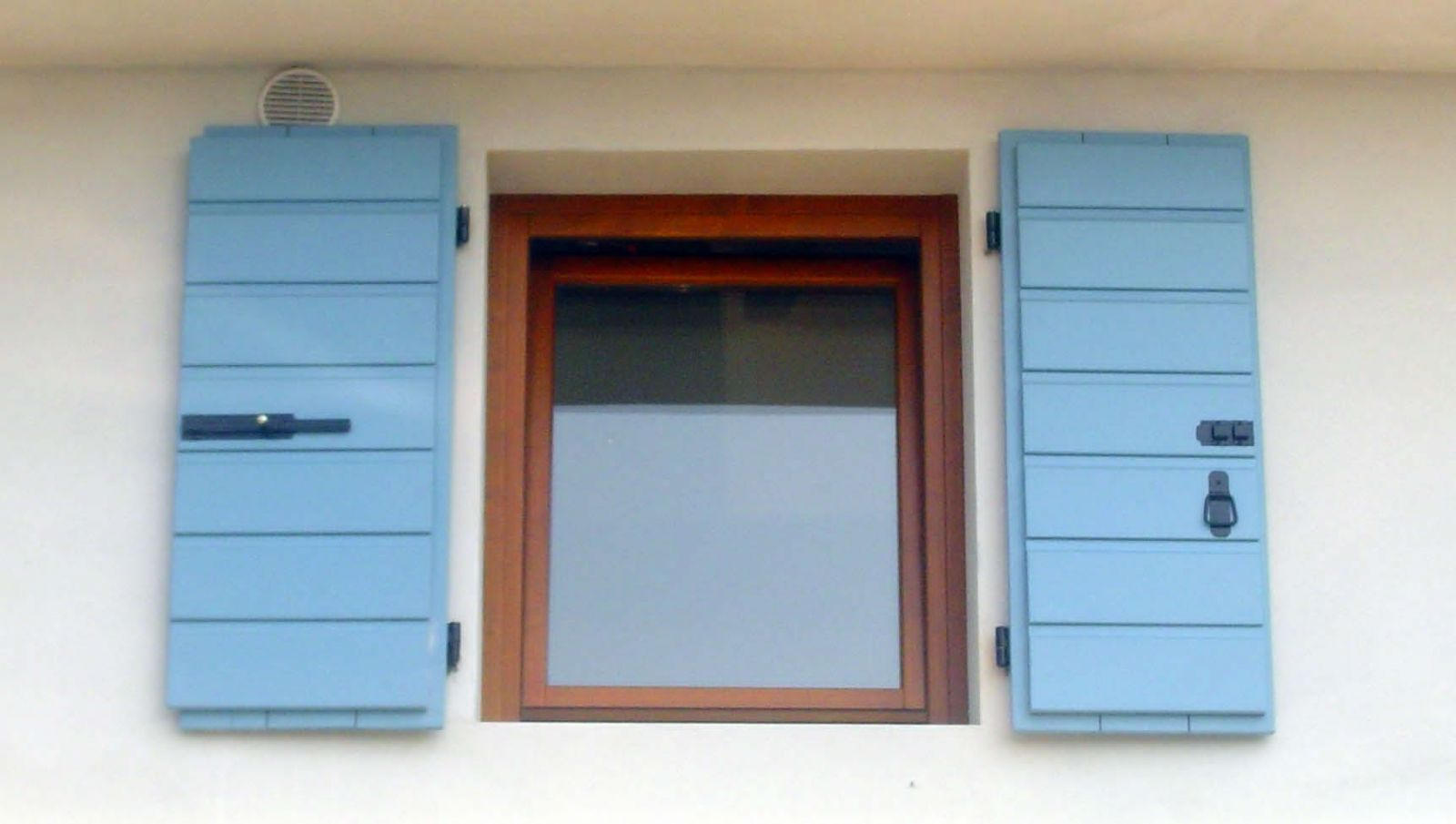 Come scegliere gli scuri tra le diverse tipologie - Scuri per finestre ...