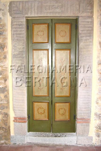 Porta artigianale in legno verde con riquadri chiari