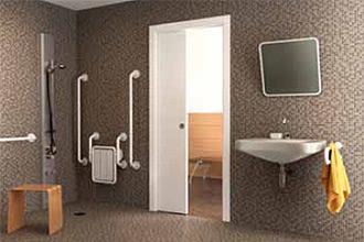 porta bianca scorrevole a scomparsa ideale per il bagno con accesso ai disabili
