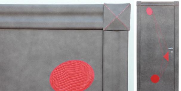 Porta rivestita in pelle bovina grigia con inserti di pelle rossa